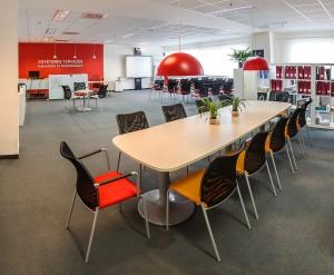 Etikk iroda belűlről asztallal, székekkel