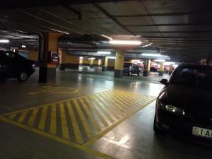 A mélygarázsban 2 db mozgássérült parkoló található széles kiszállási lehetőséggel