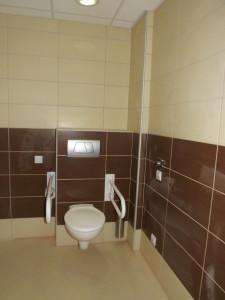 Kapaszkodókkal ellátott mozgássérült WC