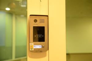ETIKK videótelefon a könnyebb bejutásért, az iroda balra található