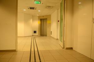 3. emeleti lift kijárat vezetősávval