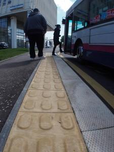 taktilis burkolat buszmegállónál