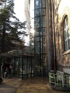 külső lift a könyvtár teremhez