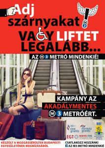 M3 metró lépcső előtt egy csomagokon ülő nő