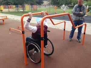 megváltozott képességű emberek (kerekesszék, látássérült) tesztelik a játszóteret