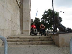 R épület Duna felöli bejárat