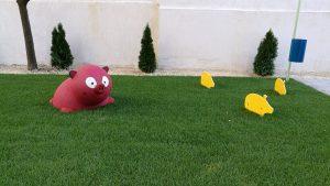térelemek? piros anya coca 3 sárga süldővel a fűben