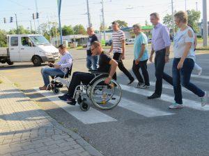 zebrán való átkelés elektromos és mechanikus székekkel