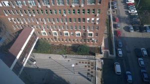 Kilátás a BME E-épületéből, látható az épületek körüli területek kapcsolata, díszítő-irányító sávok, 2015. Forrás: ETIKK