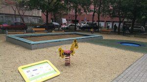 homokozó rugós játék és tájékoztató tábla