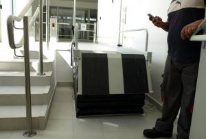 Auditálási helyszíni felmérés során segédeszköz tesztelése, hozzáférhetőségi szempontból, Tüskecsarnok, 2016. Forrás: ETIKK