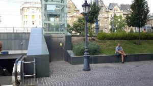 Villamos-metróállomás csomópontja. Lépcső, lift és kényelmi mozgólépcső egyaránt kialakított. Fővám tér 2015, forrás: ETIKK